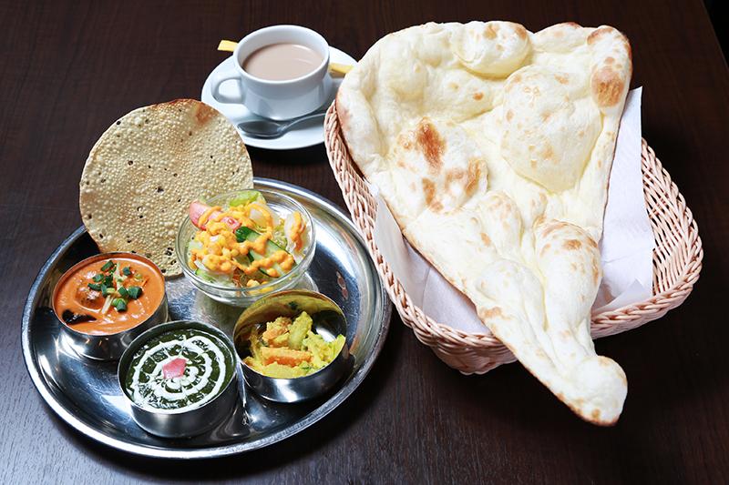 野菜ターリーセット ¥1,390 カレー/ナンまたはライス/アチャール(ネパールのあえ物)/サラダ/パバド(インドのせんべい)/ソフトドリンク