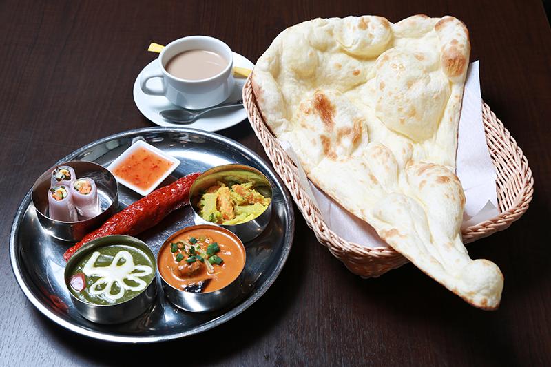 レディースターリーセット ¥1,600 カレー(野菜、ほうれんそう、ミックスシーフードより2品)/シークカハブ/アチャール(ネパールのあえ物)/生春巻/ナンまたはライス/ソフトドリンク