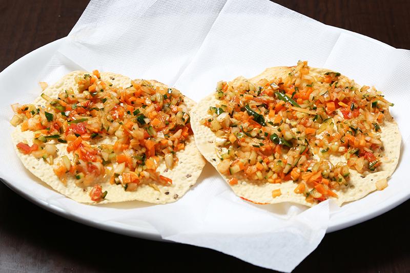 パパド(数種類のインド豆の粉で作ったパリパリのせんべい) ¥300